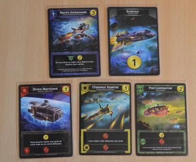 Un exemple de cartes posées à la fin d'un tour. Notez l'amateurisme du joueur qui se retrouve avec 4 couleurs différentes et un vaisseau sans couleur. Les combos ? Connais pas....